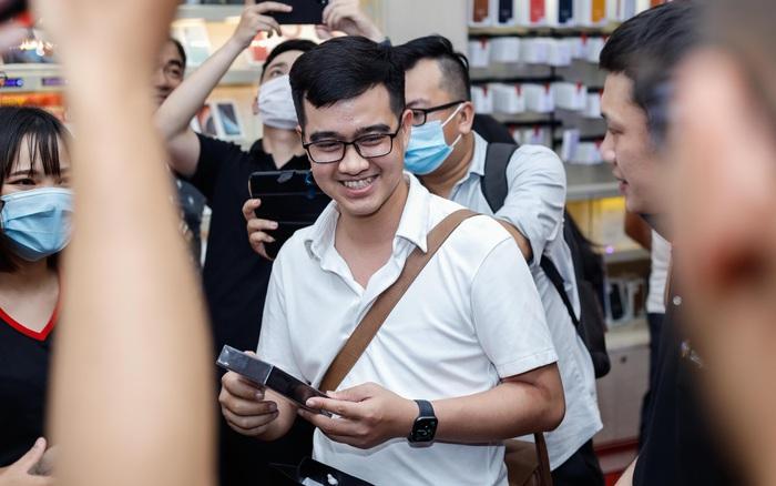 """iPhone 12 chính hãng tạo """"cơn sốt"""" ngay trong đêm mở bán, hàng trăm khách hàng xếp hàng dài chờ được """"đập hộp"""""""