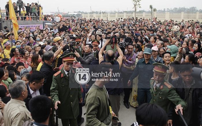 Cập nhật Hoa hậu Việt Nam Đỗ Thị Hà về làng: Nàng hậu ôm mẹ bật khóc, người dân đổ xô đông như