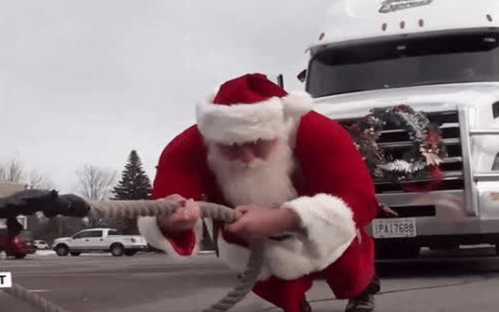 Ông già Noel lập kỷ lục Guinness bằng màn kéo xe chỉ nhìn thôi đã thấy đau lưng, trọng lượng tổng gây choáng khi được công bố
