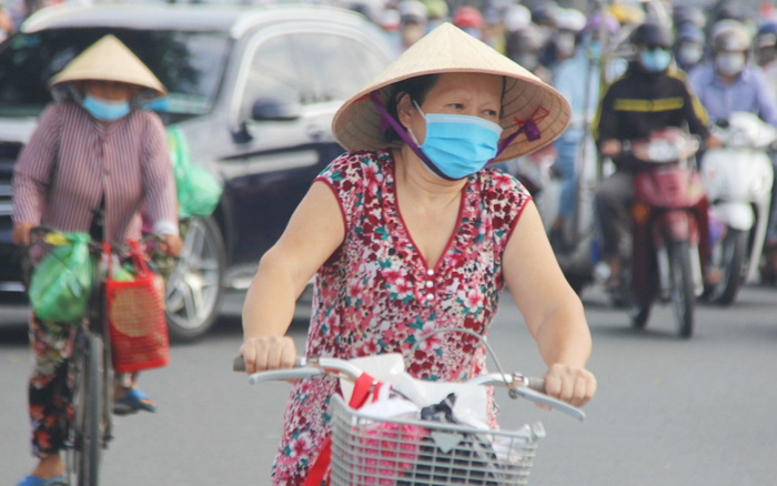 Ảnh: Người Sài Gòn đeo khẩu trang kín mít khi ra đường, chủ động phòng dịch Covid-19 khi xuất hiện các ca nhiễm mới