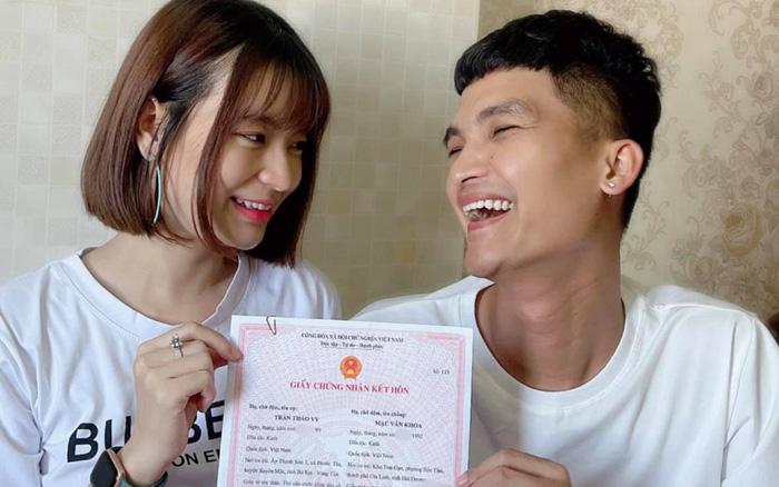 Mạc Văn Khoa và bạn gái đã chính thức trở thành vợ chồng sau 5 năm, hạnh phúc khoe giấy chứng nhận kết hôn