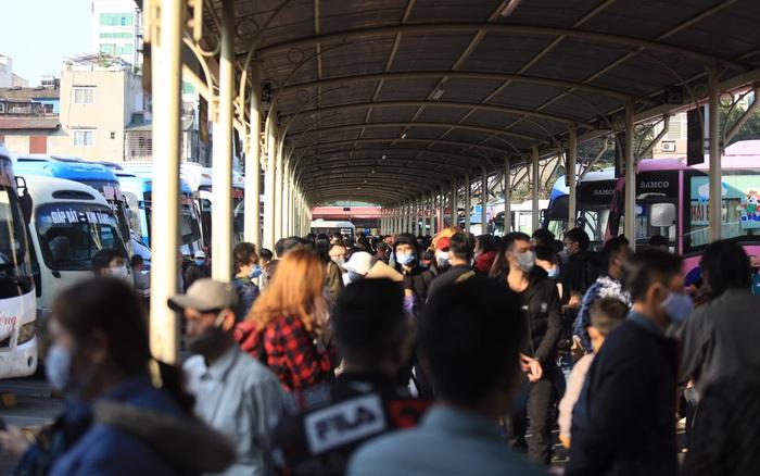 Chùm ảnh: Hàng ngàn người dân tại Hà Nội và TP.HCM ùn ùn đổ về quê nghỉ Tết dương lịch, bến xe đông đúc dù chưa đến cuối giờ chiều