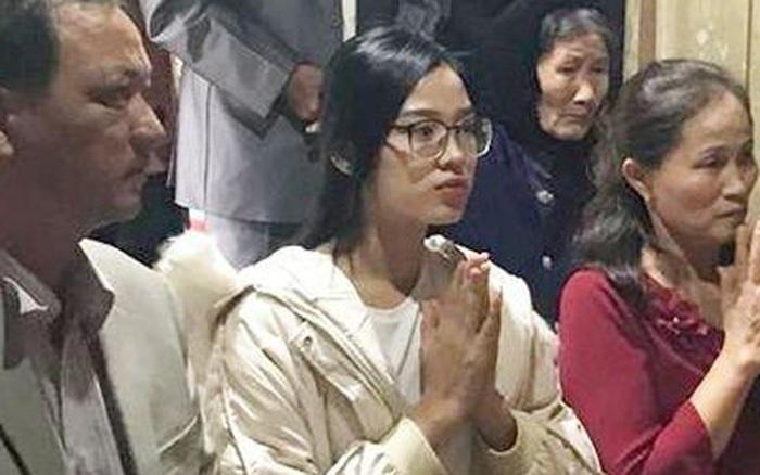 """""""Xả vai"""" Hoa hậu, Đỗ Thị Hà đeo kính cận và để mặt mộc đúng lứa tuổi 19: Nhan sắc thật ra sao?"""