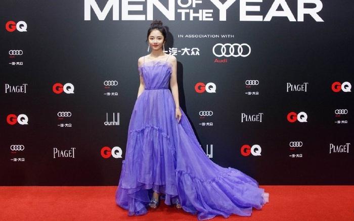 Top 1 Weibo gọi tên Đàm Tùng Vận vì chiếc váy đặc biệt, lúi húi quyết khoe bằng được khi tạo dáng trước thảm đỏ