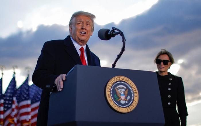 Những khoảnh khắc cuối cùng của ông Donald Trump trên cương vị Tổng thống Mỹ: Tươi cười, vẫy tay chào tạm biệt trước sự chứng kiến của gia đình