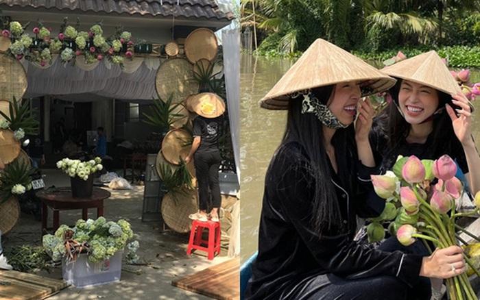 Hé lộ không gian cưới của Á hậu Thúy An ở miền Tây: Cô dâu và Á hậu Phương Nga chèo xuồng, cổng hoa được trang trí lạ mắt