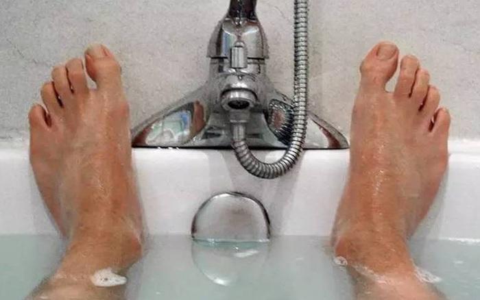 Nam giới đi tắm vệ sinh 2 bộ phận càng thường xuyên càng tốt, thận sẽ cảm ơn bạn