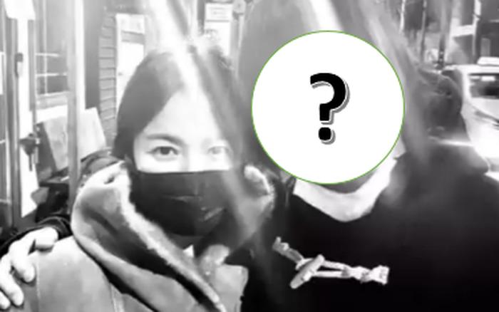 Lâu lắm rồi sau 2 năm ly hôn, Song Hye Kyo mới công khai khoe ảnh thân mật bên 1 nam tài tử lên MXH