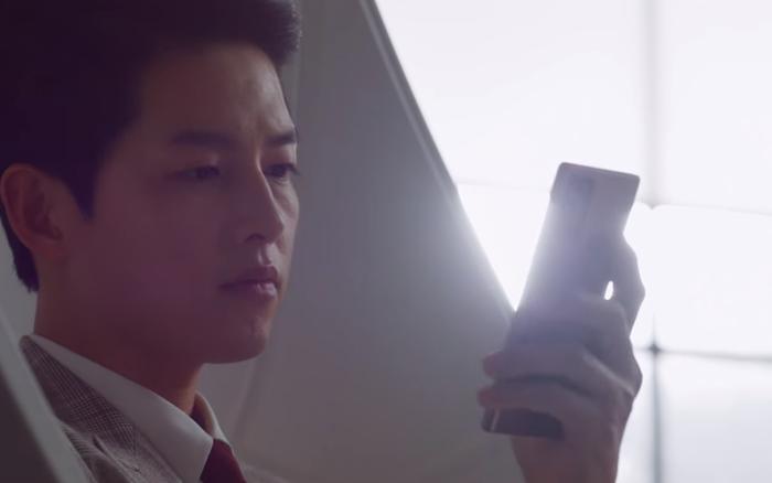 Nhà bị dọa đánh sập, Song Joong Ki vẫn bình thản thả tim hình gái đẹp ở tập 2 Vincenzo