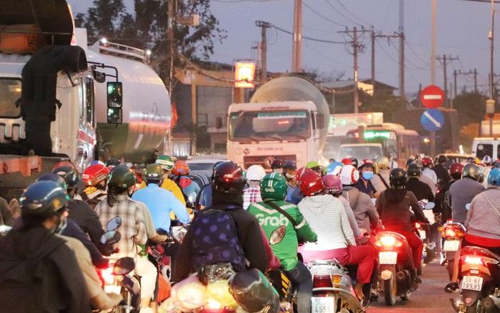 Chùm ảnh: Hàng ngàn người dân rời Sài Gòn về quê ăn Tết sớm, Quốc lộ 1A ùn ứ chiều cuối tuần