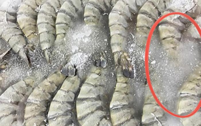 """Hải sản trong siêu thị bị lớp đá dày bám quanh liệu có phải để """"ăn gian"""" cân nặng? Sự thật lại rất đáng ngờ!"""