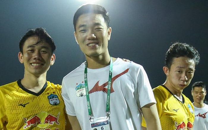 Hội cầu thủ chúc mừng Xuân Trường, Minh Vương lầy lội: