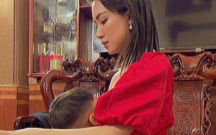 Hoà Minzy đăng ảnh vừa làm việc vừa cho con bú lên MXH, mẹ thì quỳ còn con trai phải nhón chân thấy thương thế này?