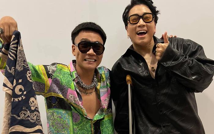 Karik chống nạng tạo dáng cực ngầu cùng Wowy tại hậu trường concert Rap Việt, dân tình phấn khích gọi