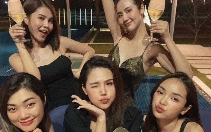 Hội bạn đình đám Hà Thành tụ họp: Nhan sắc mẹ bầu Phanh Lee vẫn không át được màn khoe ngực sexy của Huyền Lizzie