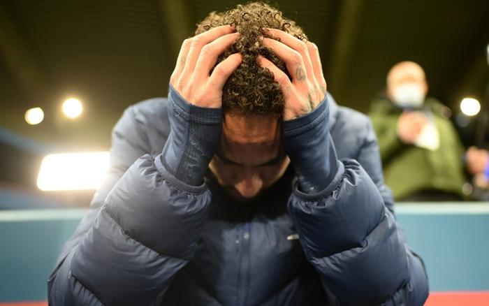 Cầu thủ đắt giá nhất thế giới gục đầu ôm mặt, xúc động không nói nên lời sau khi loại Bayern