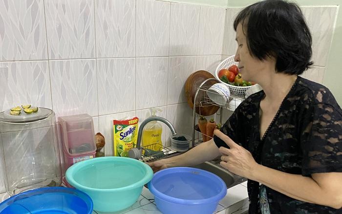 """Khổ như Sài Gòn cúp nước: Người dân phải """"nhịn"""" vệ sinh buổi tối, tích trữ nước trước 5 giờ chiều"""