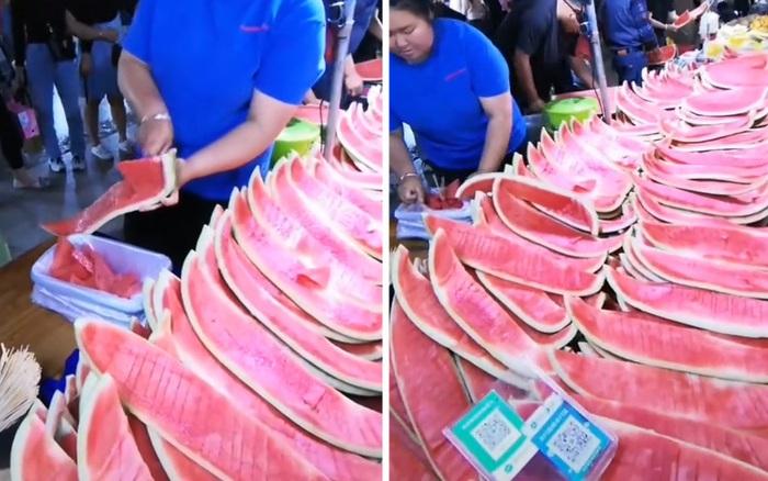 Bái phục kỹ thuật bổ dưa hấu trong nháy mắt của chủ hàng trái cây, bảo sao bán được cả trăm quả thế này