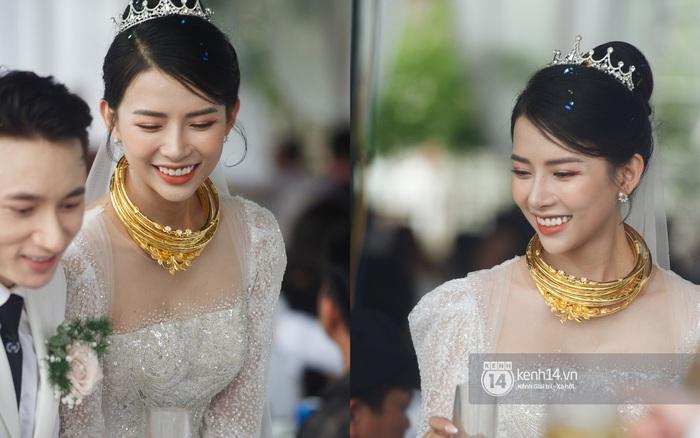 """Nhìn bà xã Phan Mạnh Quỳnh đeo xấp vòng vàng nặng trĩu cổ mà chỉ muốn chia sẻ """"gánh nặng"""" thay"""