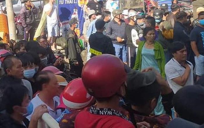 Hàng nghìn người đội nắng, chen lấn hỗn loạn mua vé trận HAGL vs Hà Nội FC