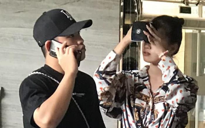 Cặp đôi Pháo và Tez bất ngờ có mặt casting Rap Việt tại Hà Nội, hành trang mang theo là... băng vệ sinh?