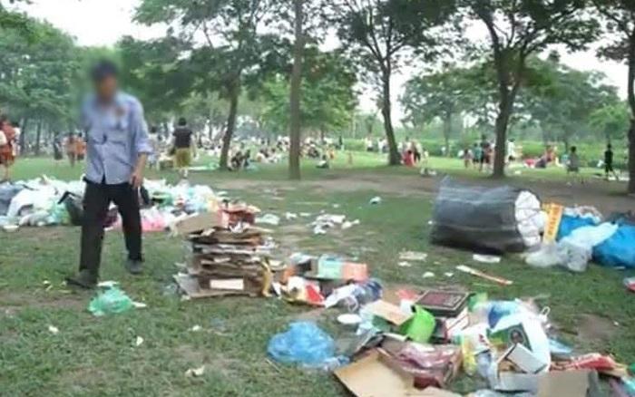 """Khung cảnh công viên Yên Sở (Hà Nội) sau """"đại hội"""" cắm trại gây nhức nhối: Bốn bề ngập trong rác!"""
