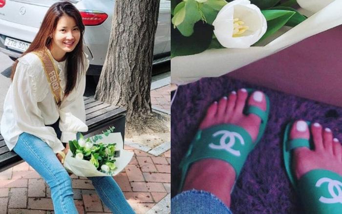 Mới sáng ra mỹ nhân Vườn Sao Băng Lee Si Young đã lên top Naver, tất cả là vì đôi dép xấu lạ nhưng giá tận 20 triệu?