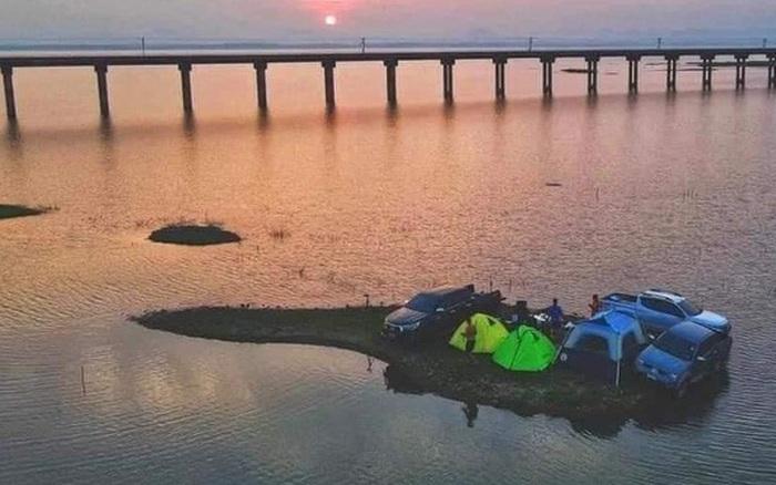 Xôn xao hình ảnh gia đình đi camping gặp thủy triều làm mắc kẹt như lênh đênh trên đảo, dân mạng thắc mắc không biết bao giờ nước mới rút hay nhờ trực thăng cẩu về?