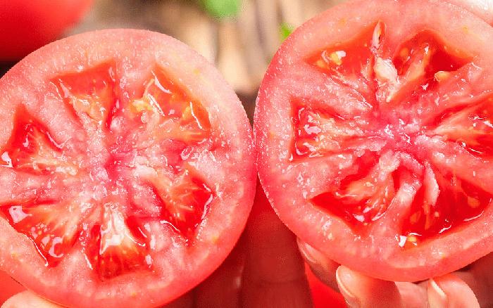 Nhìn và sờ vào 4 điểm trên quả cà chua, bạn sẽ chọn được quả vừa ngon vừa mọng nước