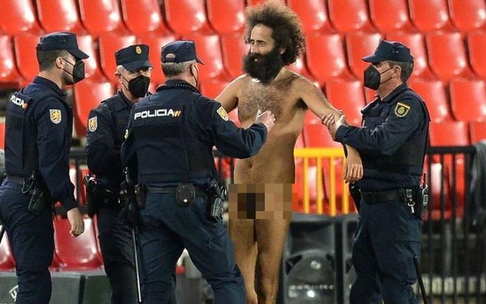 Sốc: Fan cuồng khỏa thân chạy quanh sân trong trận lượt đi tứ kết Europa League của MU