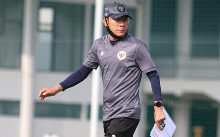 """HLV tuyển Indonesia bị nghi ngờ có """"động cơ khác"""" vì danh sách tập trung, lo lắng cầu thủ yếu đi khi ăn chay"""