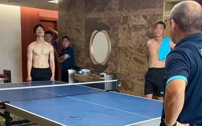 Công Phượng cởi trần đánh bóng bàn với HLV Park Hang-seo, Viên Minh trêu đùa: