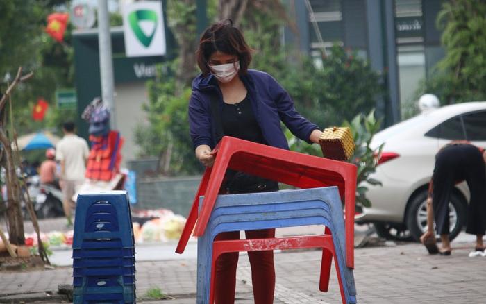 Hà Nội: Người dân tất bật đóng cửa, dọn dẹp hàng trà đá, quán ăn ven đường để phòng chống dịch Covid-19