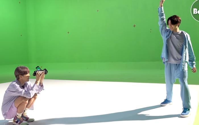 Dynamite lên sóng gần 1 năm mà Big Hit mới tiết lộ hậu trường Jimin làm đạo diễn, quay phim kiểu gì mà khiến Jungkook