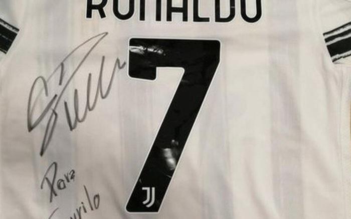 Ronaldo phản ứng đầy nghĩa hiệp khi biết tấm băng đội trưởng của mình được đem bán để giúp đỡ bệnh nhân nhí