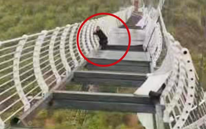 SỐC: Cầu kính Trung Quốc bị gió thổi bay, du khách hoảng loạn vì mắc kẹt giữa không trung