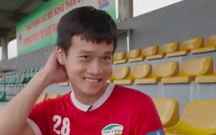 Tiền vệ tuyển Việt Nam cover hit Sơn Tùng, Đoàn Văn Hậu - Tiến Linh vội
