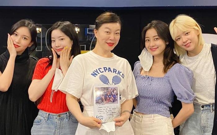 TWICE bất lực vì không thể xoá tiếng JYP ra khỏi bài mới, fan nhanh trí