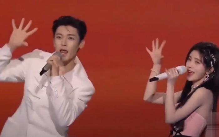 HOT: Cúc Tịnh Y và Hầu Minh Hạo cover ca khúc hot trend của Quang Hùng Master D ngay tại sự kiện lớn, nghe bản Trung mà giật mình!