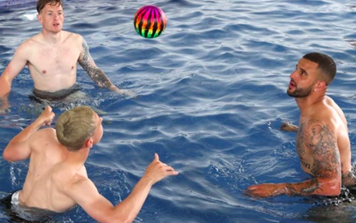 Sao ĐT Anh chơi đùa dưới bể bơi bằng những trái bóng có họa tiết kỳ lạ