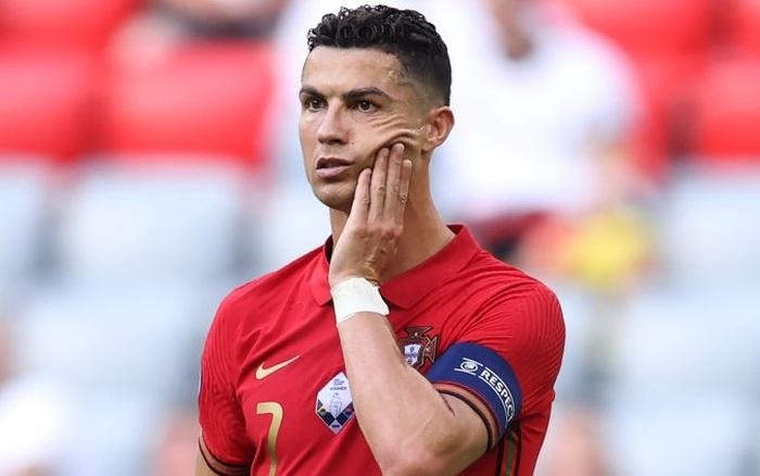 """Ronaldo làm xiếc với trái bóng, trêu đùa hai hậu vệ kỳ cựu tuyển Đức nhưng rồi bị cho """"ăn hành"""" tơi tả"""