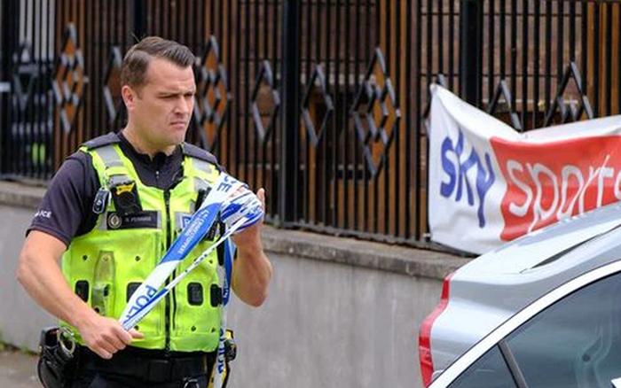 """Tuyển Anh nhận kết quả thất vọng, fan tức giận """"rút súng bắn người, dùng xe tông khiến một phụ nữ có bầu bị thương"""""""
