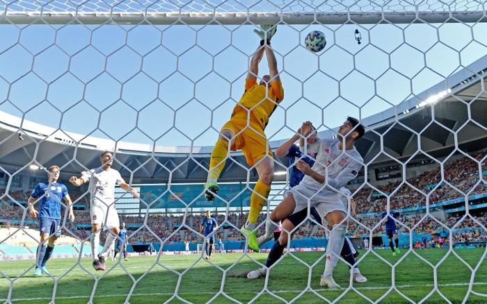 KHÔNG THỂ TIN NỔI! Thủ môn Slovakia tự đánh bóng vào lưới nhà, biếu bàn thắng cho Tây Ban Nha