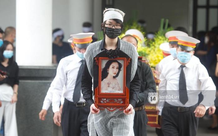 Cập nhật tang lễ Hoa hậu Nguyễn Thu Thuỷ: Nụ cười trên di ảnh người quá cố gây xót xa, nhà tang lễ ngập tràn không khí u buồn