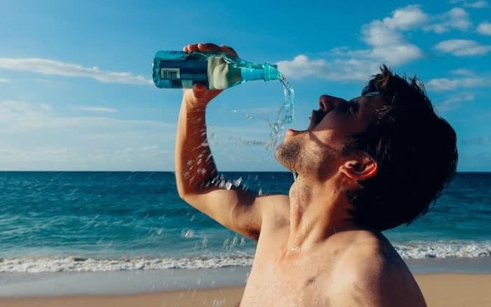 Nam giới sống lâu thường có 4 đặc điểm chung khi uống nước, nếu thực hiện đầy đủ thì sức khỏe có thể yên tâm
