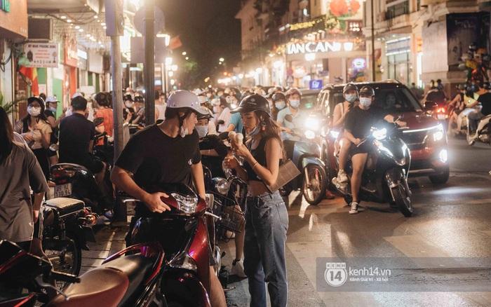 Một buổi tối cuối tuần ở khu hồ Gươm - trung tâm Hà Nội sau 3 tuần mở lại hàng quán trông như thế nào?