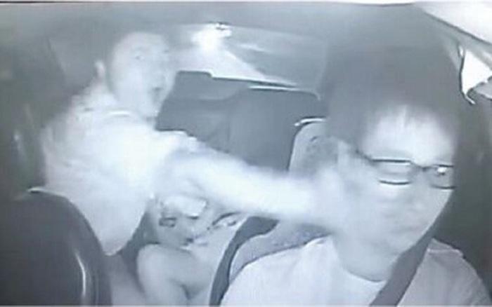 Clip: Can hành khách cãi nhau, tài xế taxi ăn 12 cú tát như trời giáng trong vỏn vẹn 30 giây
