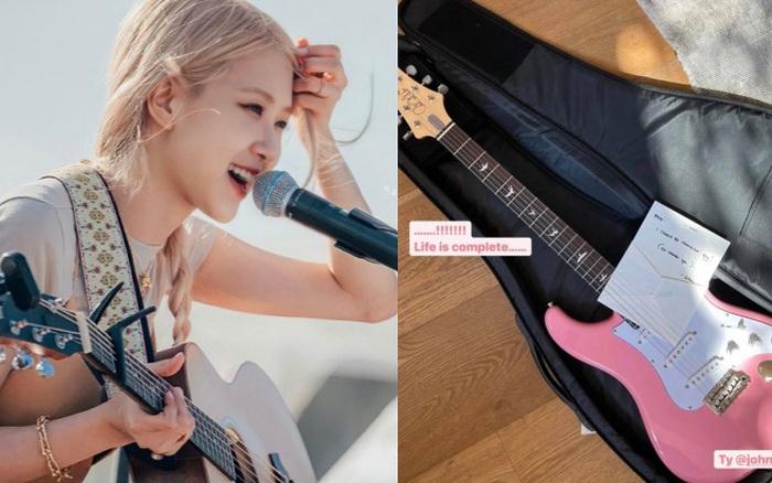 Soi chiếc guitar điện màu hồng mà Rosé (BLACKPINK) được tặng, giá cao ngất ngưởng!