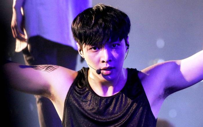 Netizen đào lại chiếc gif tự ngửi nách của Lay (EXO) giữa ồn ào Ngô Diệc Phàm tố đồng đội cũ!