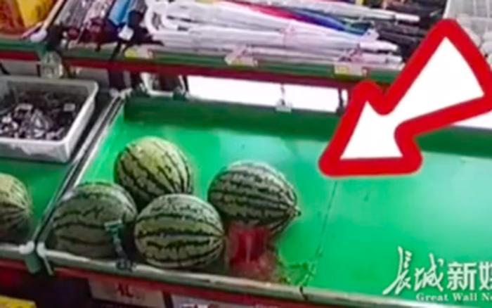 Trung Quốc: Đang nằm yên trên kệ hàng siêu thị, quả dưa hấu bỗng nhiên